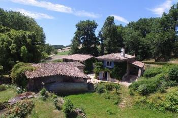 Comme un hameau avec un moulin, une demeure de vac