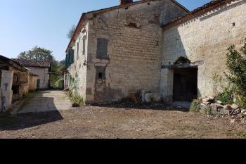 Bel ensemble immobilier en pierres à restaurer