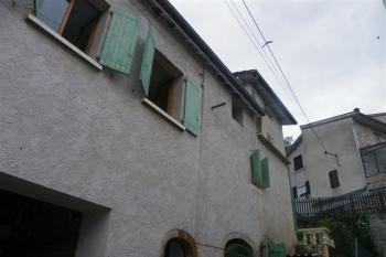 Maison avec deux appartements, terrasse et garage