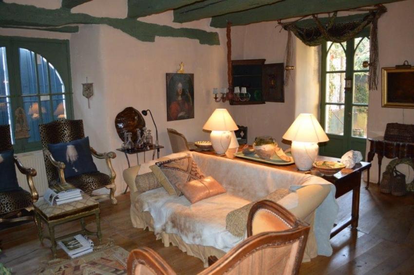 belle maison de ma tre enti rement restaur e l 39 esprit. Black Bedroom Furniture Sets. Home Design Ideas