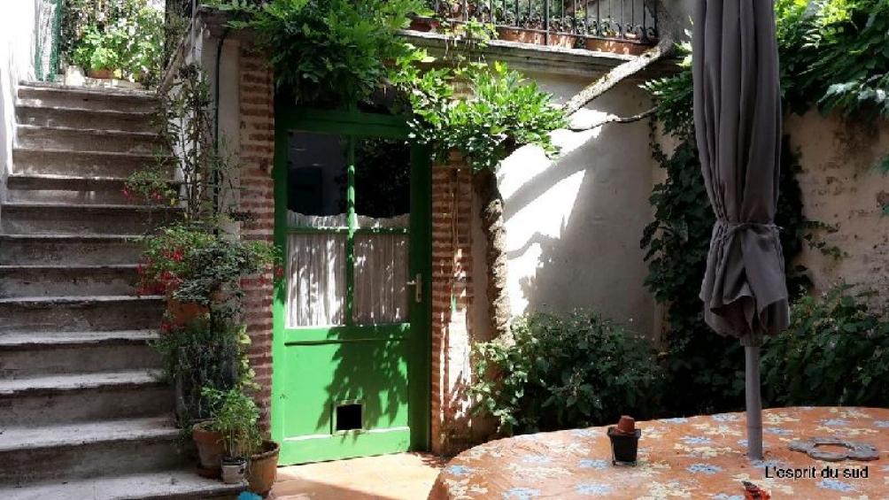 jolie maison r nov e sur cour et terrasse briques. Black Bedroom Furniture Sets. Home Design Ideas
