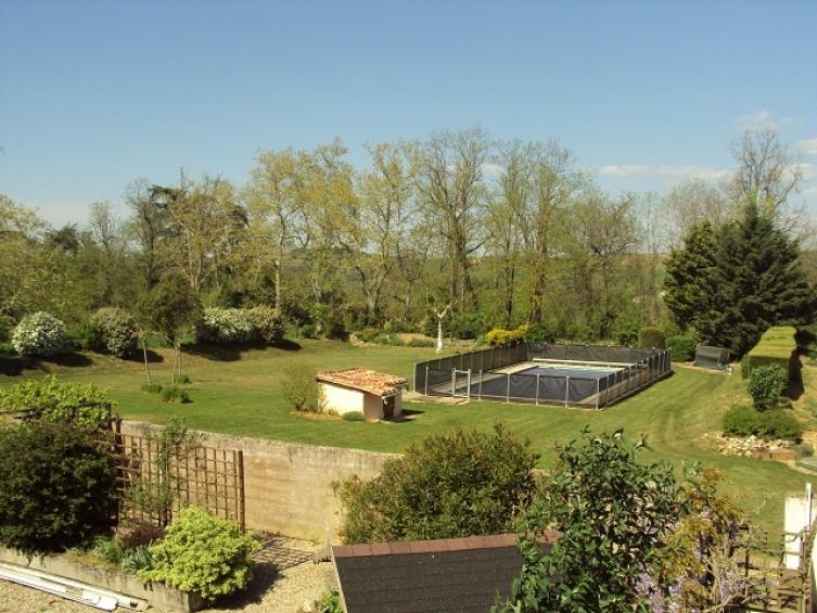 Une maison de vacances avec piscine et jardin l 39 esprit for Piscine jardin 100m2