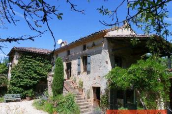 Renovated farmhouse with outbuildings and pool on 2,5 ha