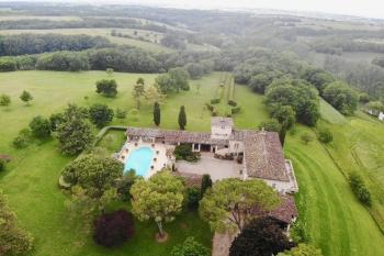 A large bastide on 5ha, swimming pool and park