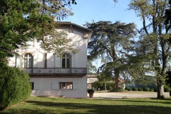 Hôtel particulier flanqué de dépendances, une orangerie et présenté dans un parc avec terrasses donnant sur le Tarn