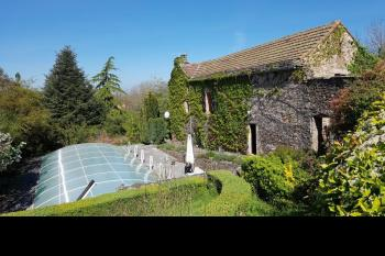 Old stone farmhouse with pool, and tennis court and 8781m2 of land.